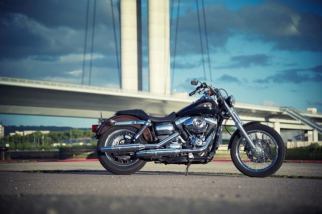 Harley zaparkovaný na silnici