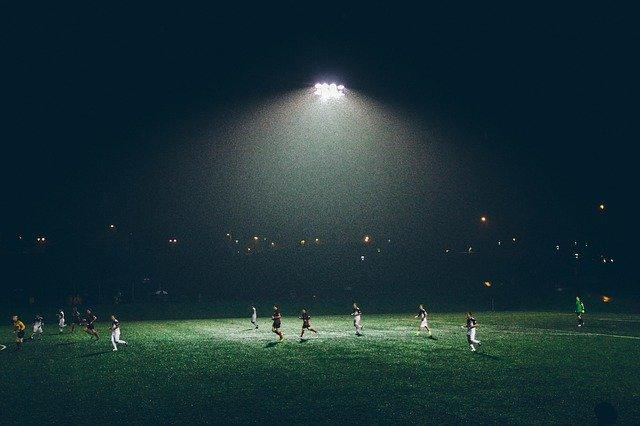 světlo nad stadionem