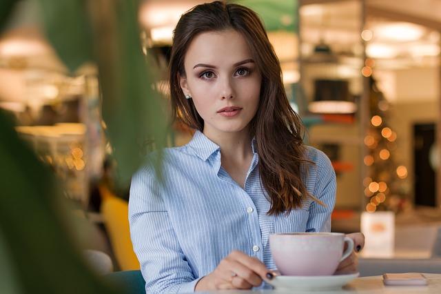 bruneta v kavárně.jpg