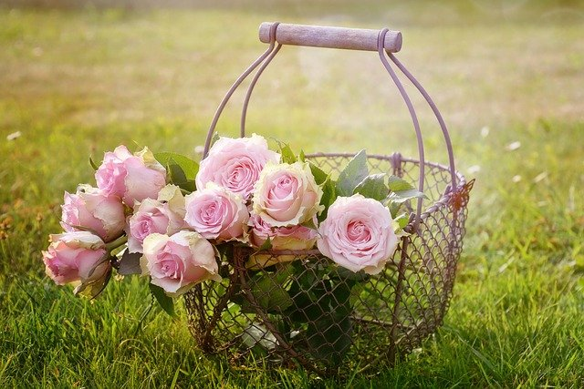 kovový koš na kytky
