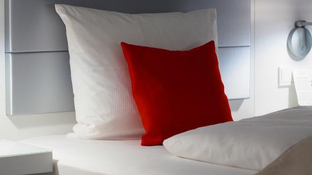 červený a bílý polštář