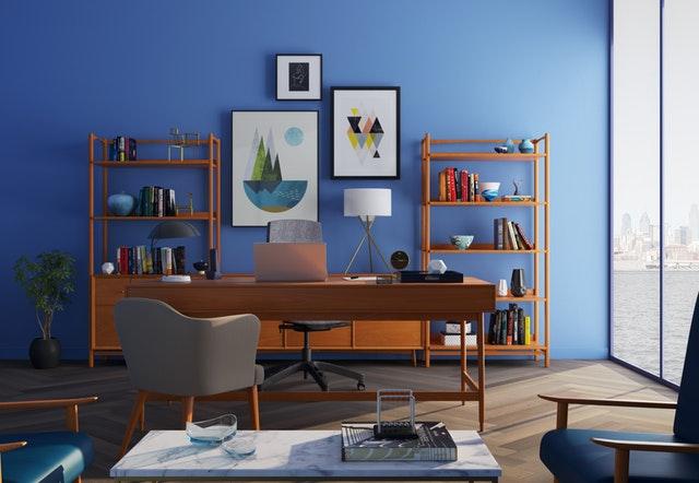 policové skříně, modrá stěna
