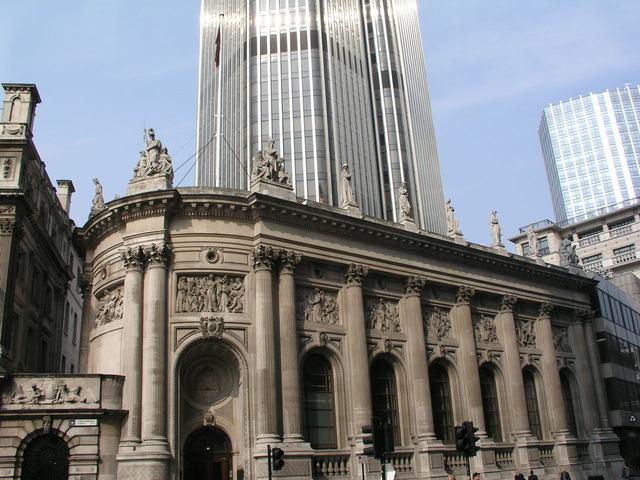 vysoké budovy velkoměsta tyčící se nad běžné životy obyvatel