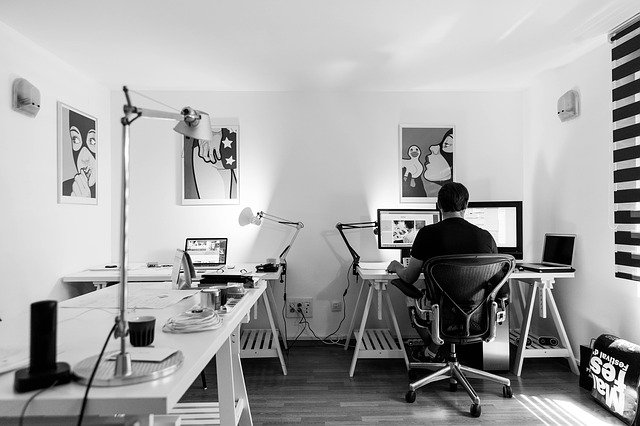 vývojář webu ve své kanceláři v černobílém