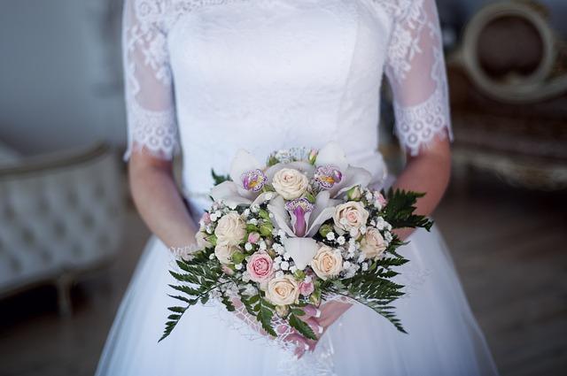 svatební šaty, kytice, nevěsta